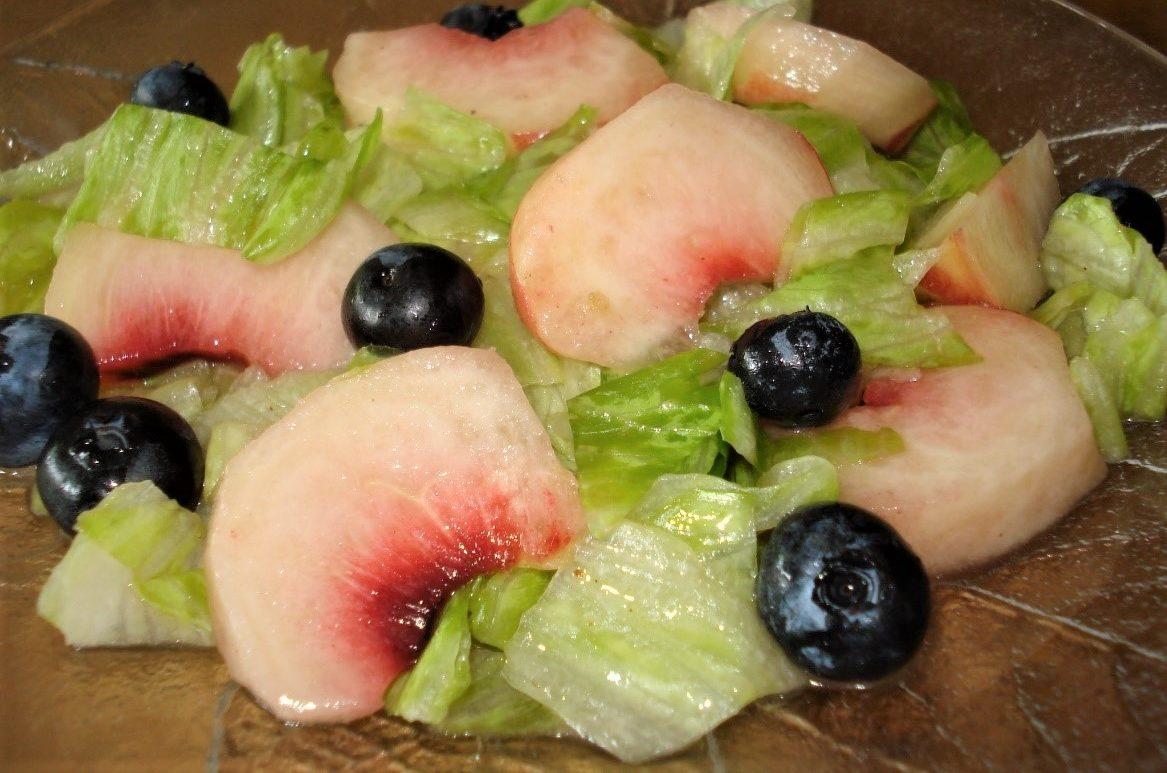 Eisbergsalat mit Früchten